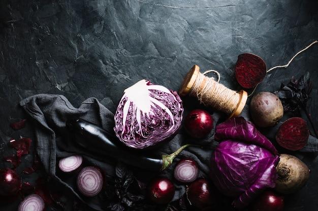 Köstliche anordnung für draufsicht des roten gemüses