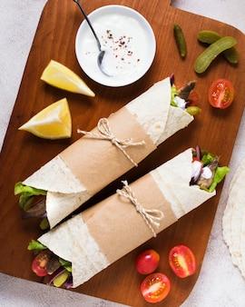 Köstliche arabische fast-food-kebab-flachlage