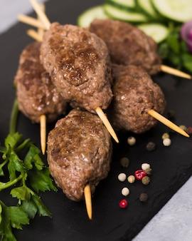 Köstliche arabische fast-food-spieße nahaufnahme