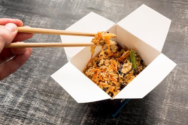 Köstliche asiatische mahlzeit der hohen ansicht