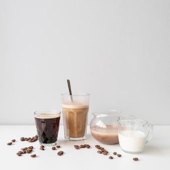 Köstliche auswahl an gläsern mit kaffee