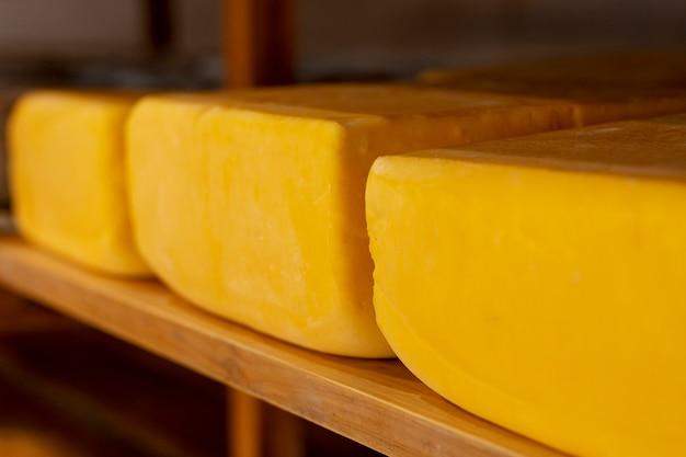 Köstliche auswahl an rustikalem käse