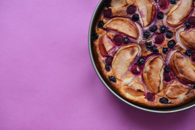 Köstliche authentische handgemachte selbst gemachte torte mit äpfeln und beeren auf hintergrundbeschaffenheit