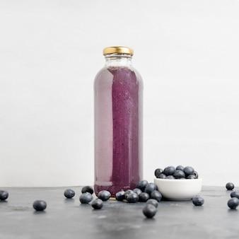 Köstliche blaubeeren trinken in der flasche