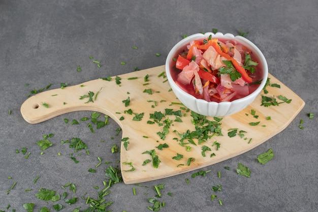 Köstliche borschtsch-suppe in weißer schüssel. foto in hoher qualität