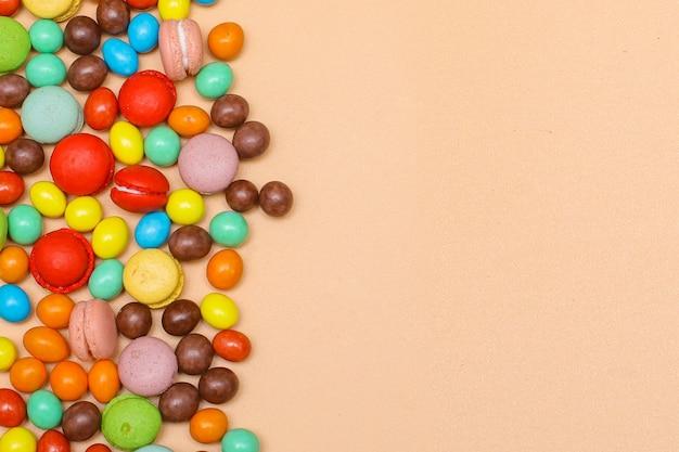Köstliche bunte bonbons bonbons auf cremefarbenem hintergrund mit kopienraum