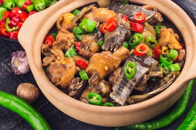 Köstliche chinesische küche, weichschildkröte gedünstet mit hühnchentopf
