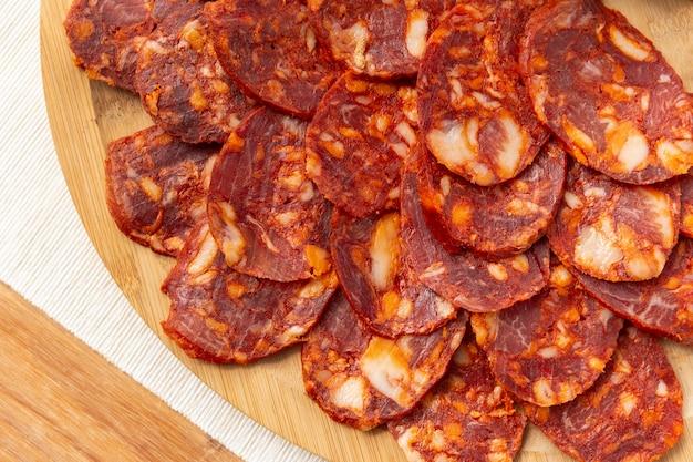 Köstliche chorizo in scheiben geschnitten auf einem tellerarrangement
