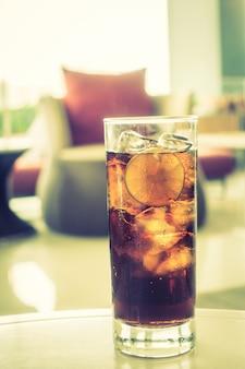 Köstliche cola mit einer scheibe zitrone