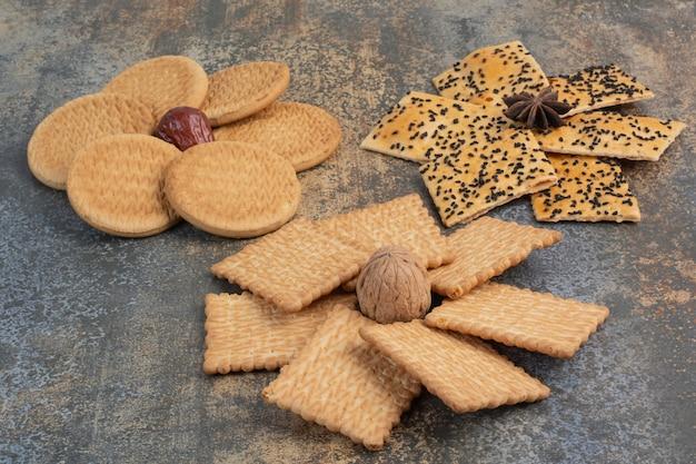 Köstliche cracker mit nuss- und sternanis auf marmorhintergrund. hochwertiges foto