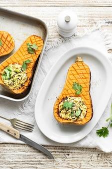 Köstliche curry-reisschale mit butternusskürbis auf weißem teller flach liegen