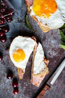 Köstliche eier auf draufsicht des toastfrühstücks