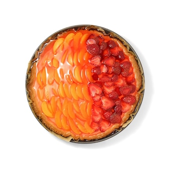 Köstliche erdbeer- und aprikosentarte lokalisiert auf weißem hintergrund.