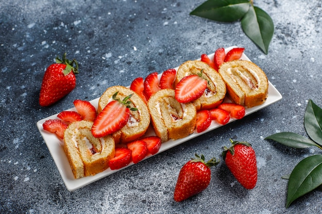 Köstliche erdbeerkuchenrolle mit frischen erdbeeren, draufsicht