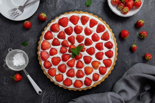 Köstliche erdbeertarte mit schlagsahne und mascarpone