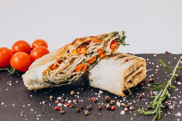 Köstliche fajita mit huhn lokalisiert auf tafel