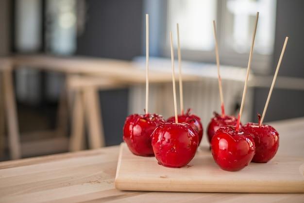 Köstliche feiertagsäpfel auf hölzernem brett.