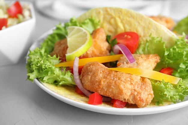 Köstliche fisch-tacos serviert auf hellgrauem tisch, nahaufnahme