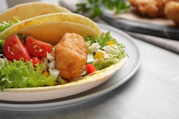 Köstliche fisch-tacos serviert auf marmortisch, nahaufnahme