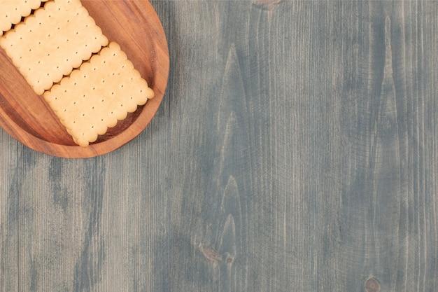 Köstliche frische cracker auf einem holzbrett. hochwertiges foto