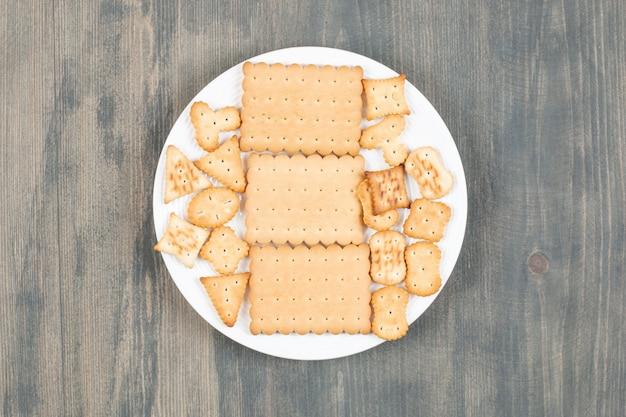 Köstliche frische cracker auf einem weißen teller. hochwertiges foto