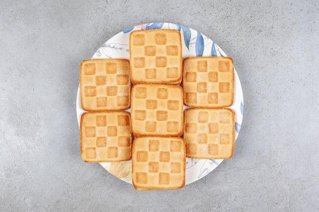 Köstliche frische kekse auf einem weißen teller. hochwertiges foto