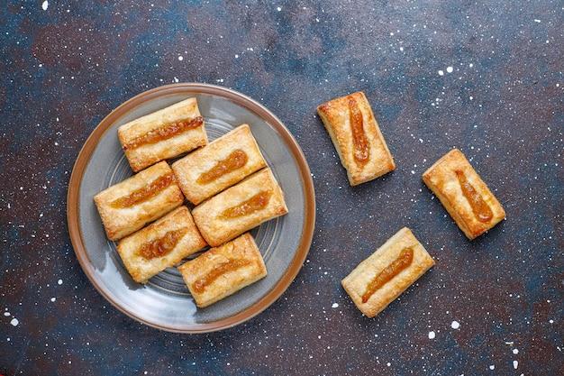 Köstliche frische kekse mit marmelade obenauf.