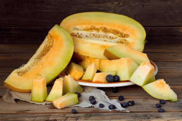Köstliche frische melone und blaubeeren auf einem teller
