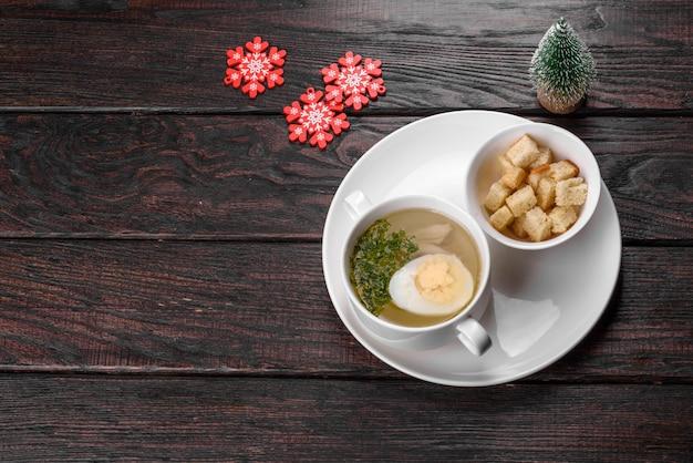 Köstliche frische suppe für den weihnachtstisch zubereitet. vorbereitung der festlichen tafel