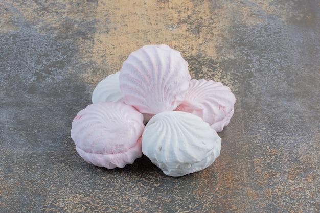 Köstliche frische vanille und rosa zephyr auf einem dunklen hintergrund. hochwertiges foto
