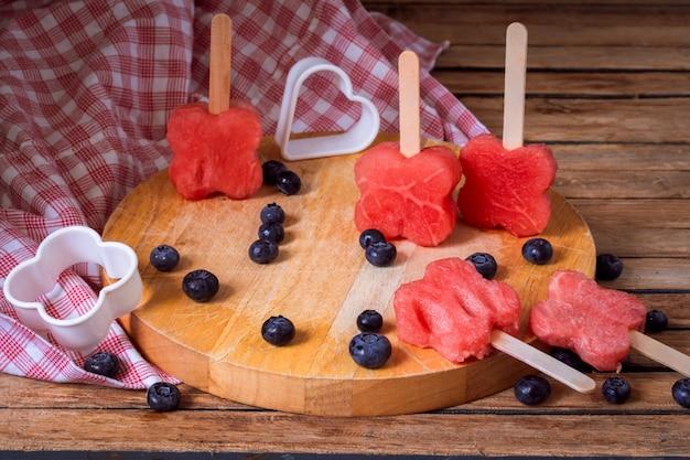 Köstliche frische wassermelone mit blaubeeren
