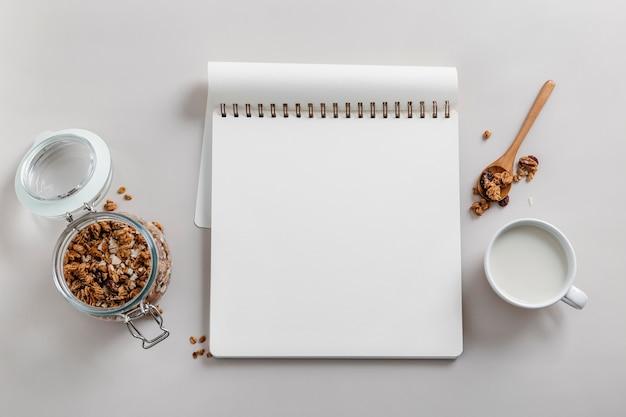 Köstliche frühstücksmahlzeitzusammensetzung mit leerem notizbuch