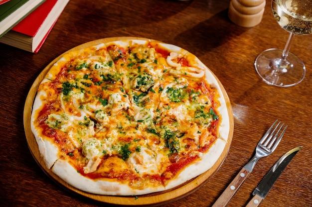 Köstliche garnelenpizza auf holztisch