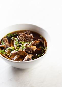 Köstliche gedünstete schweinefleischnudeln, thailändische lebensmittelnudel