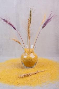 Köstliche gelbe fadennudeln mit weizenvase.