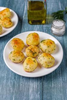 Köstliche geröstete junge kartoffeln mit dill, draufsicht