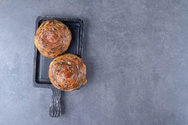 Köstliche gogals auf einem brett, auf dem marmor.
