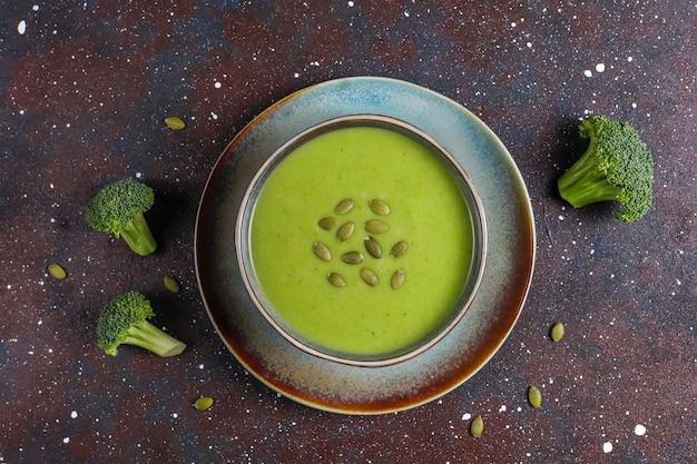 Köstliche grüne hausgemachte brokkoli-cremesuppe.