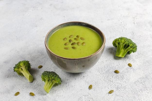 Köstliche grüne hausgemachte brokkolicremesuppe.