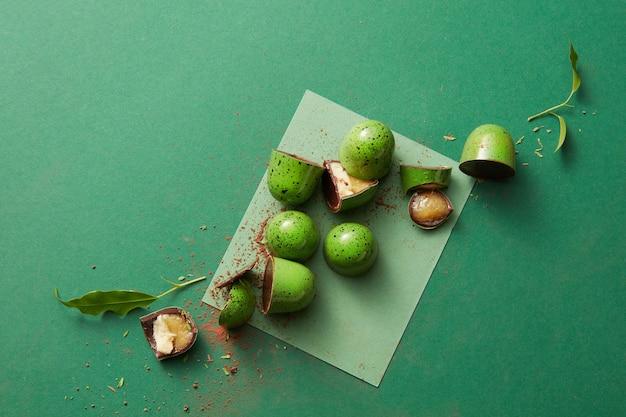 Köstliche grüne schokolade der süßigkeit auf einem grünen tisch
