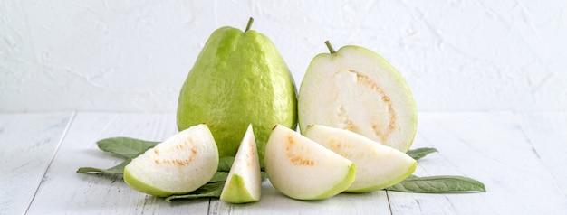 Köstliche guave mit frischen blättern o