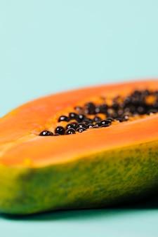 Köstliche hälfte der papayafrucht