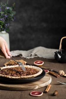 Köstliche handgemachte pekannusstorte, die zum servieren bereit ist