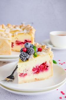 Köstliche hausgemachte blätterteigpastete oder kuchen mit frischkäsefüllung und kirsche