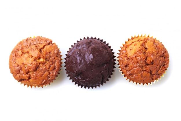 Köstliche hausgemachte cupcakes mit rosinen und schokolade lokalisiert auf weißem hintergrund