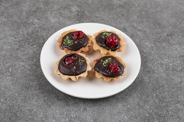 Köstliche hausgemachte frische kekse. frisch gebackene kekse auf weißem teller.