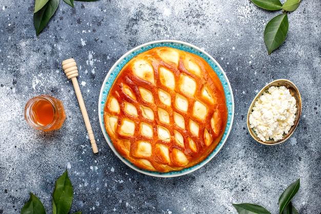 Köstliche hausgemachte hüttenkäse-torte mit frischem hüttenkäse und honig