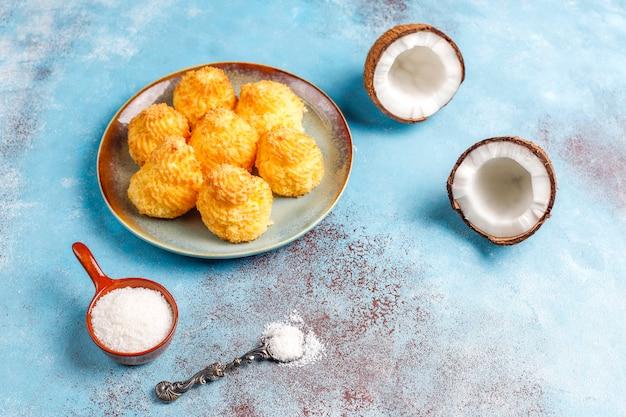 Köstliche hausgemachte kokosmakronen mit frischer kokosnuss, draufsicht