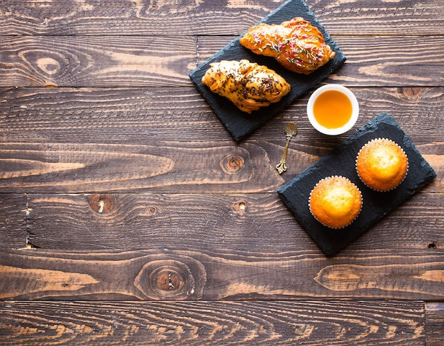 Köstliche hausgemachte muffins mit joghurt, auf einem hölzernen hintergrund mit platz für text.