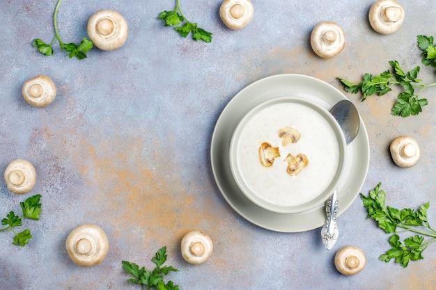 Köstliche hausgemachte pilzcremesuppe, draufsicht